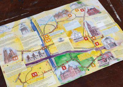 Speurkaart 'SpeurmoNUmentje in Helmond' gezien aan de binnenzijde