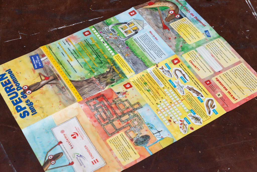 De speurkaart 'Speuren langs de Dommel' gezien aan de binnenzijde