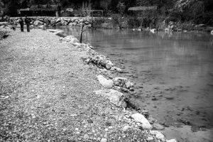 Wandelend langs een rivier in een ravijn